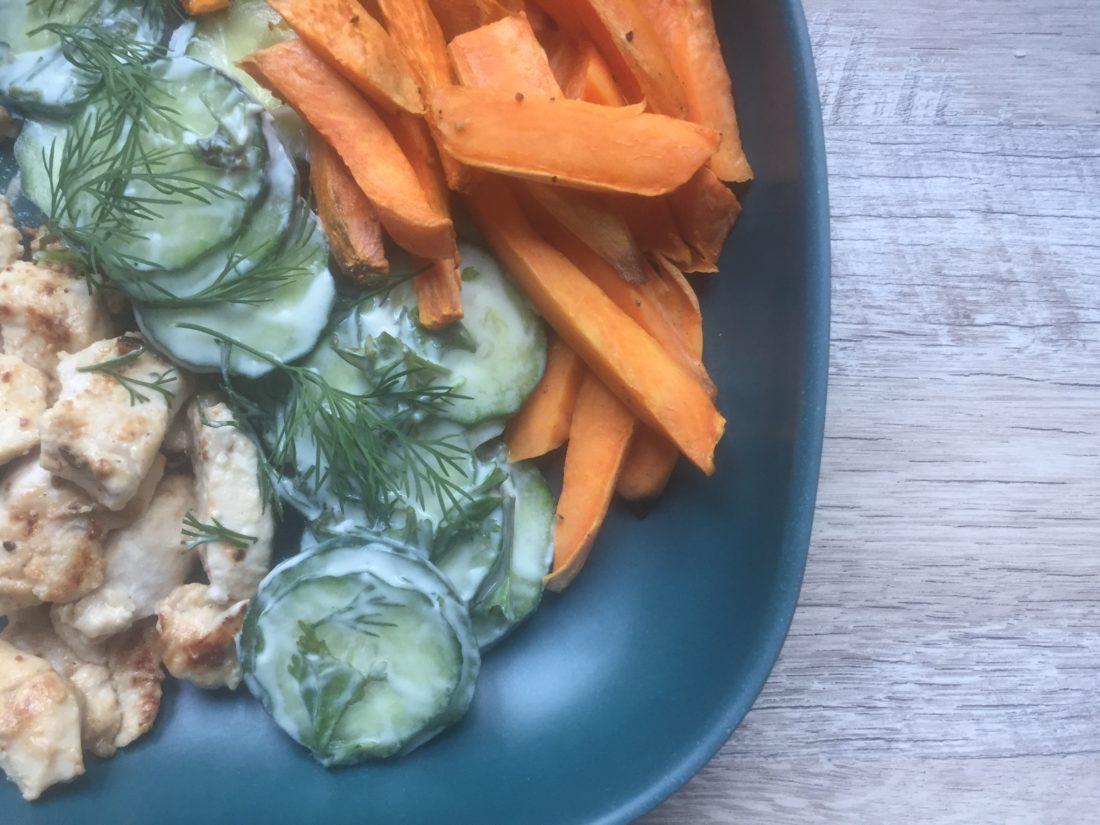 Gemarineerde kip met komkommersalade en zoete aardappel