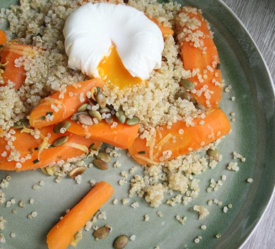 gepocheerd ei met frisse wortels en quinoa