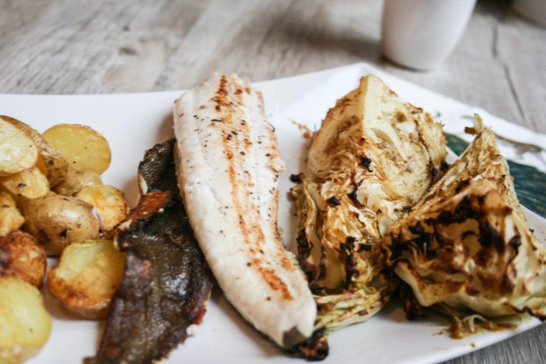 op vel gebakken pladijs met gegrilde spitskool en aardappelschijfjes