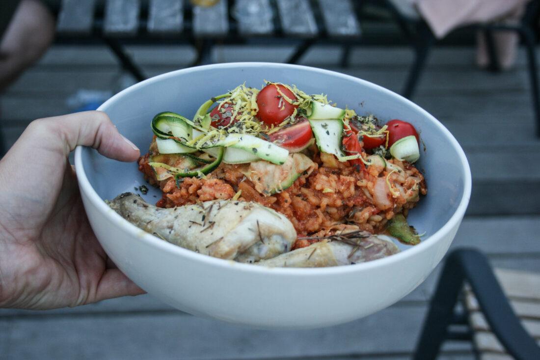 Tomatenrisotto met courgettenslierten en kippenbout