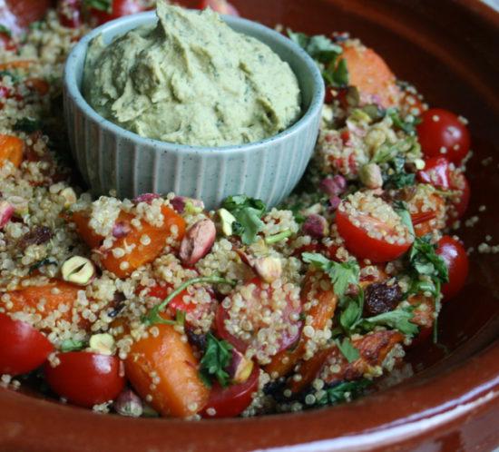 Quinoa-wortelsalade met pistachenoten en kruidenhummus