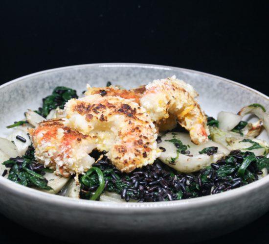 Krokante scampi's met venkel, spinazie en zwarte rijst