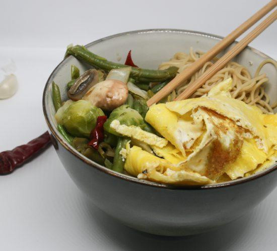 Gewokte groenten met noedels en ei