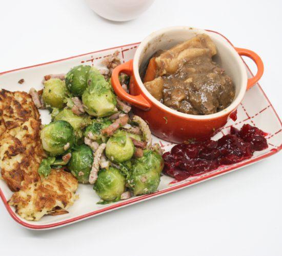 Hertenragout met spruitjes, cranberry saus en zelfgemaakte rösti's