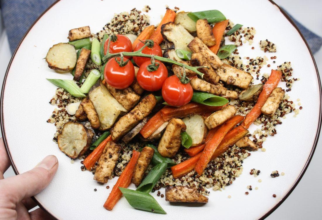 gegrilde aardpeer, wortelen en tofu met quinoa