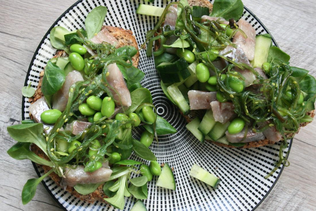 Maatjesharing op een groene toast