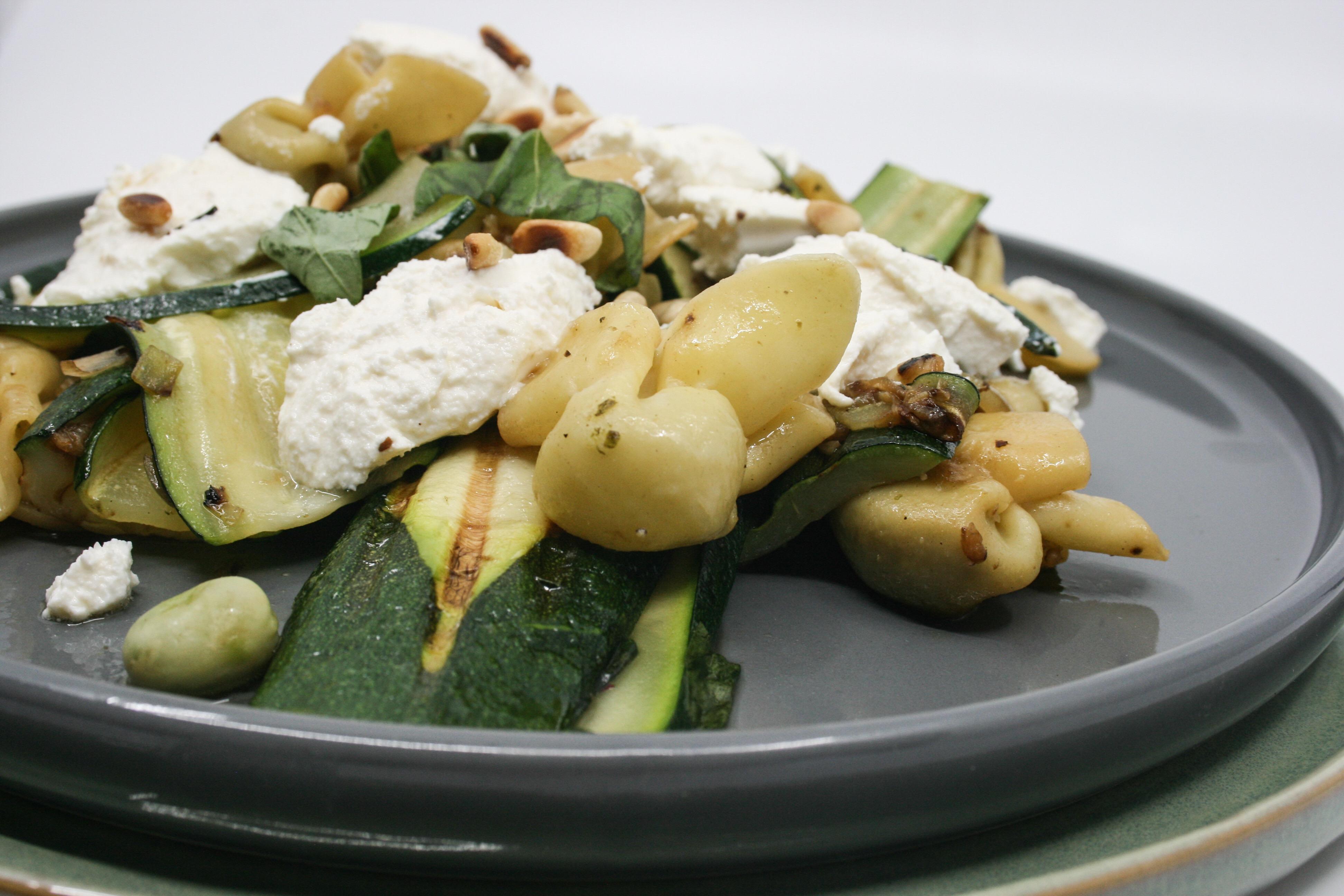 gegrilde courgette en tuinbonen met pasta en ricotta