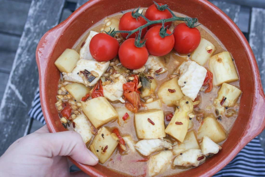 kruidige vis en asperges met granen