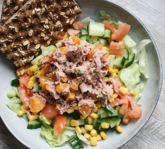 tonijnsalade met perzik en frisse salade