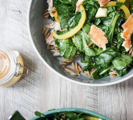 pastasalade met gerookte forel, spinazie, gele paprika en mangodressing