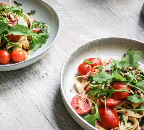 geitenkaas pasta met bacon, tomaat en rucola