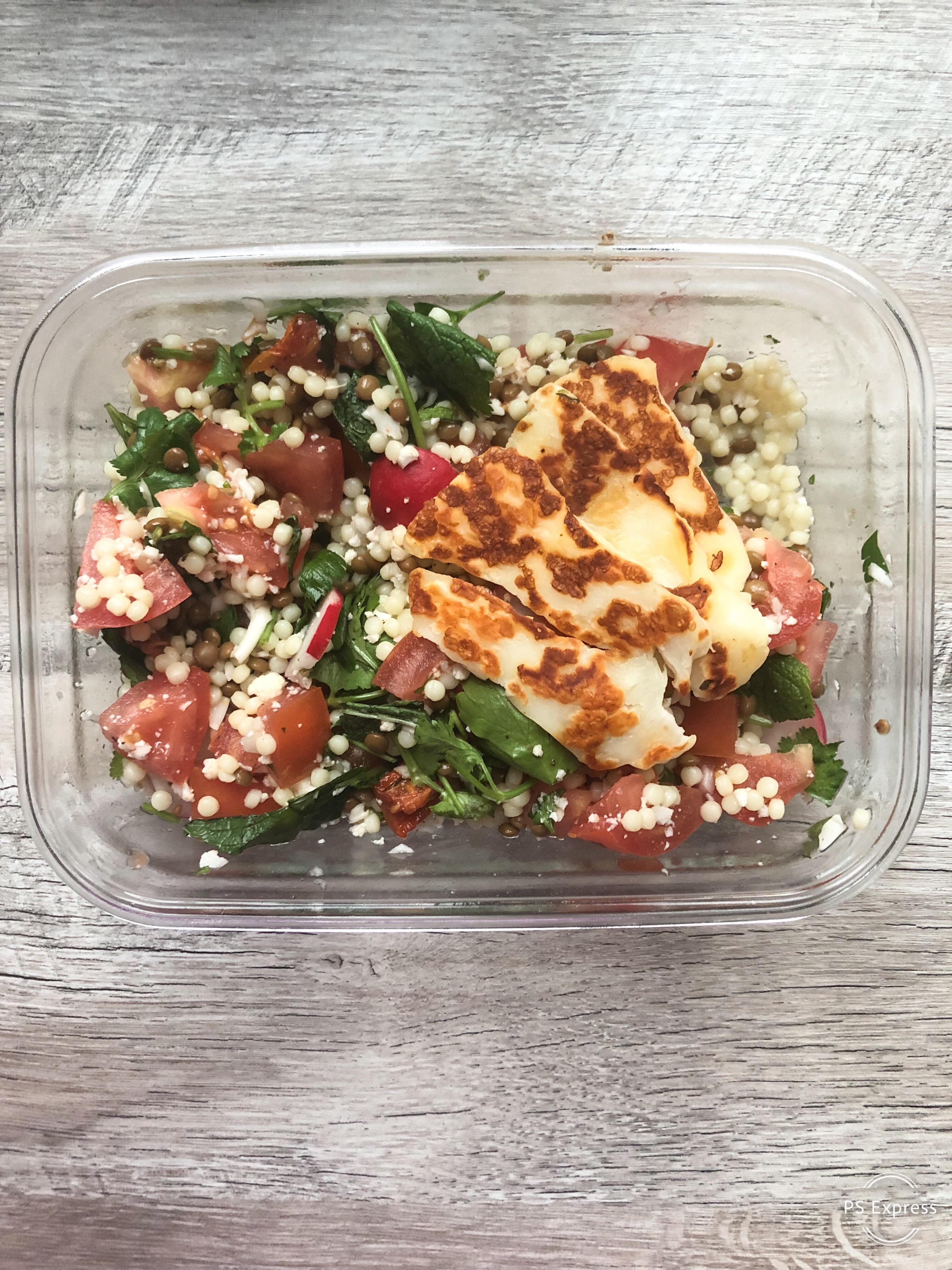 kruidige salade met parelcouscous, halloumi en linzen