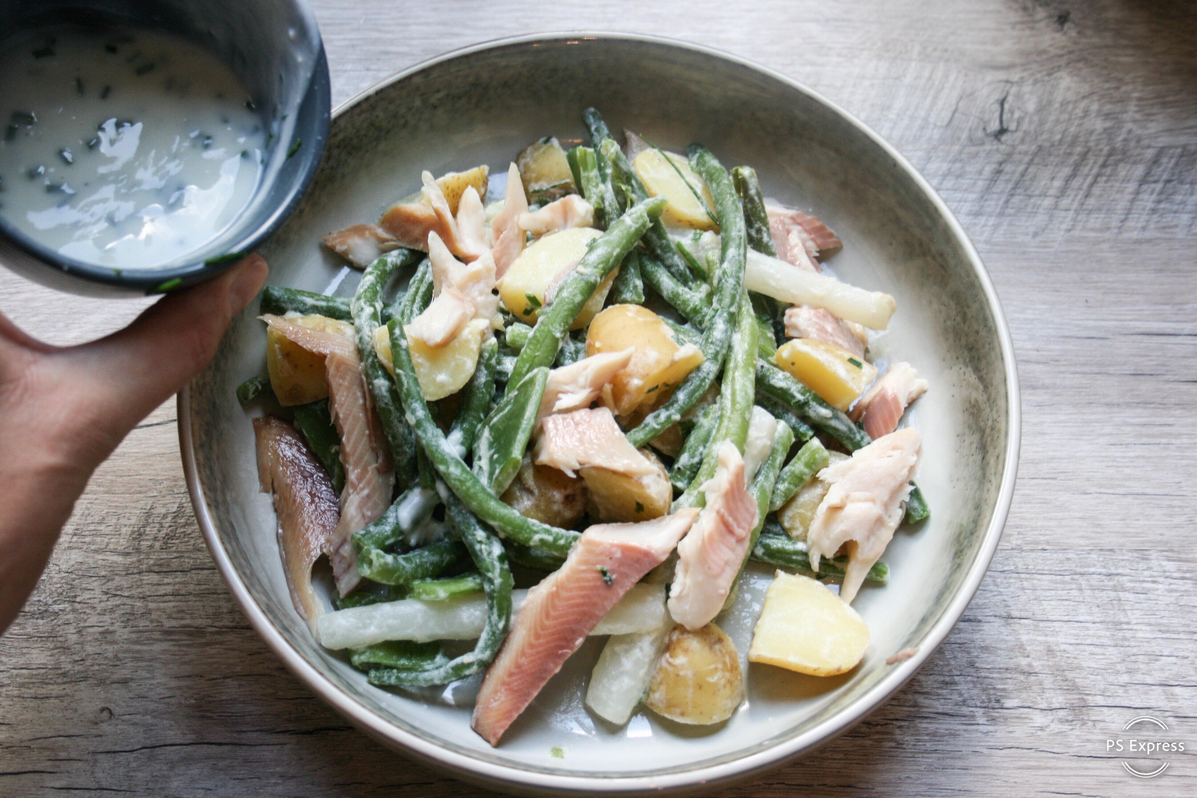 salade met gerookte forel, snijboontjes en krieltjes