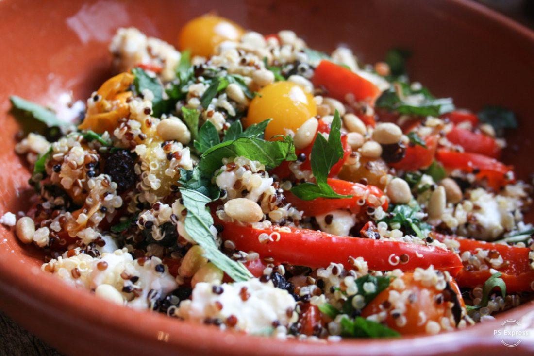 quinoasalade met gegrilde paprika, feta en rozijnen