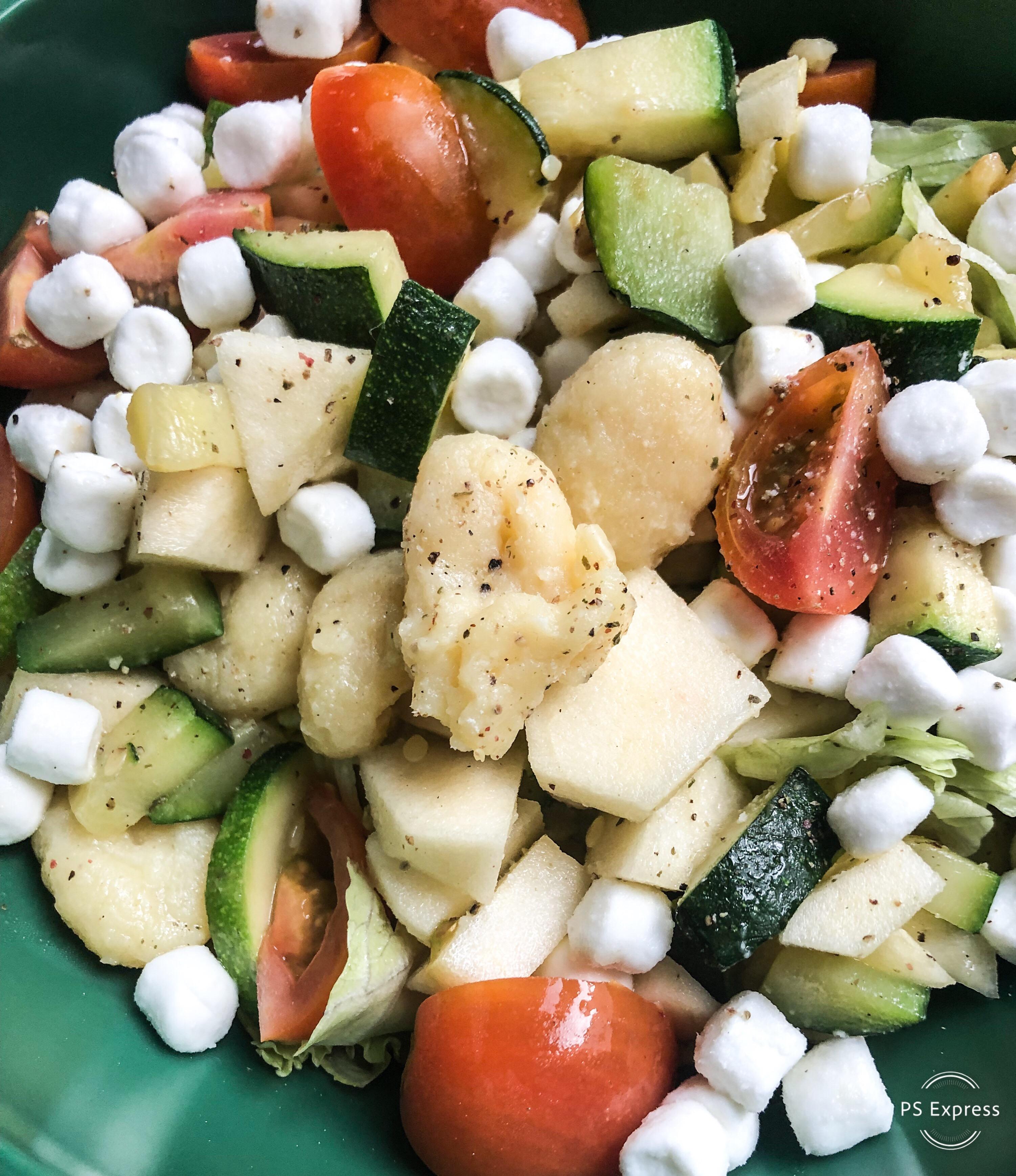 Gnocchisalade met gegrilde courgette, appel en geitenkaas
