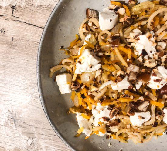 Pompoen- koolrabispaghetti met geitenkaas, noten en dadels