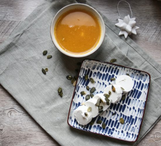 pompoen- koolrabisoep met geitenkaas en pompoenpitten