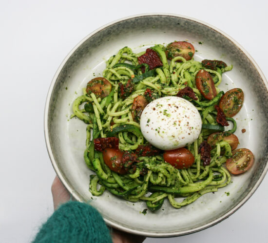 Pasta met spinazie- amandelpesto, courgetti en burrata