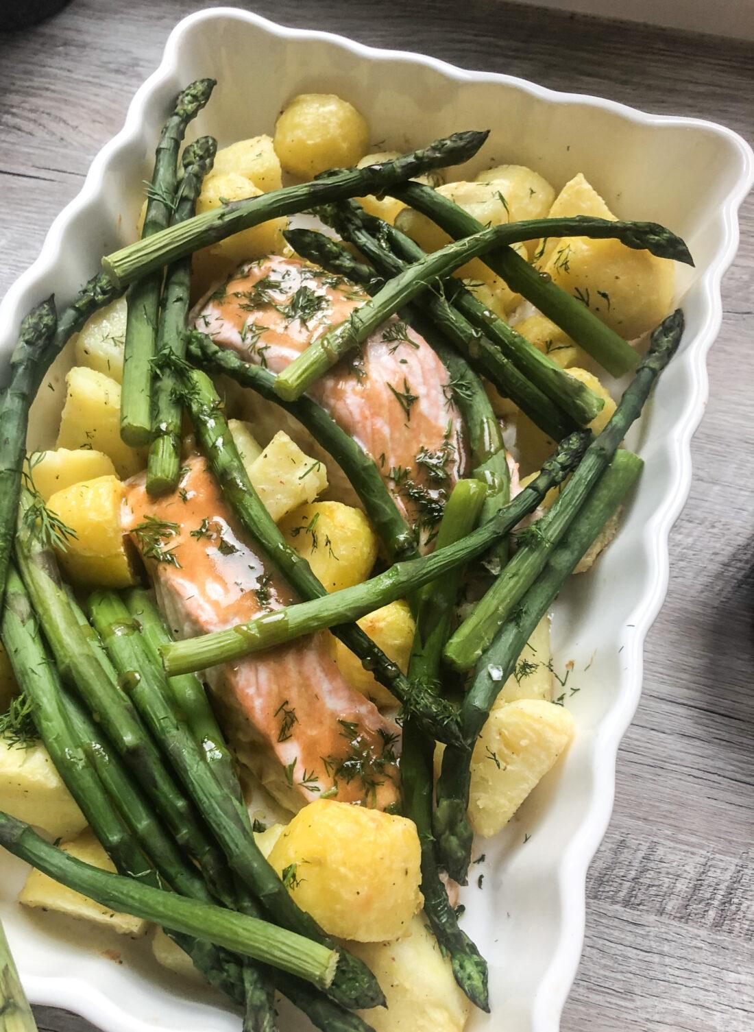 zalm met groene asperger, aardappelen en mosterd-dillesaus