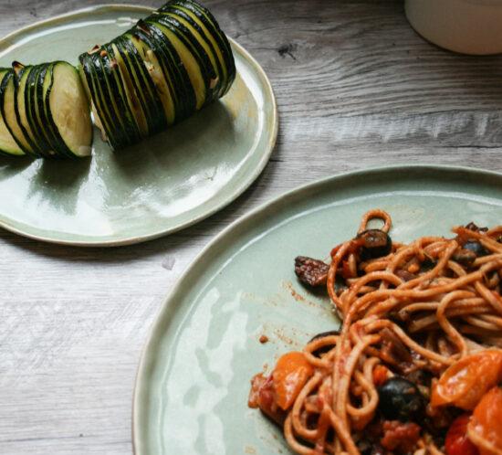 Tomaten- harissa pasta met hasselback courgette