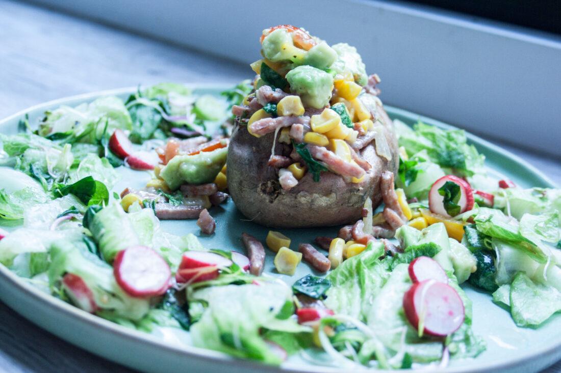 Gevulde zoete aardappel met bacon en avocado- maïssalade