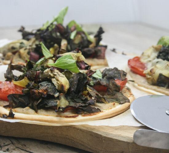 Herfstpizza met tonijncreme, warmoes en artsijok