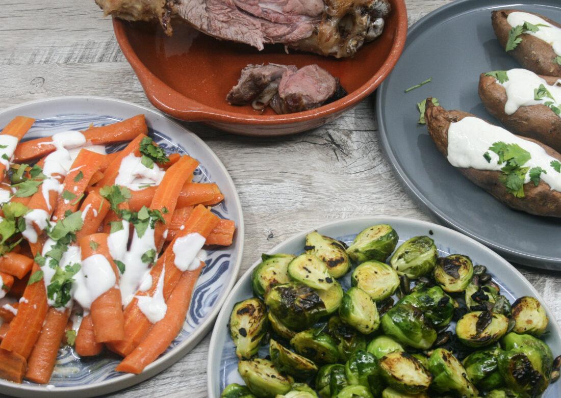 Gemarineerde wortelen en spruiten met zoete aardappel en hammetje