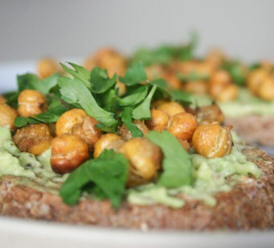 toast avocado met crunchy kikkererwten