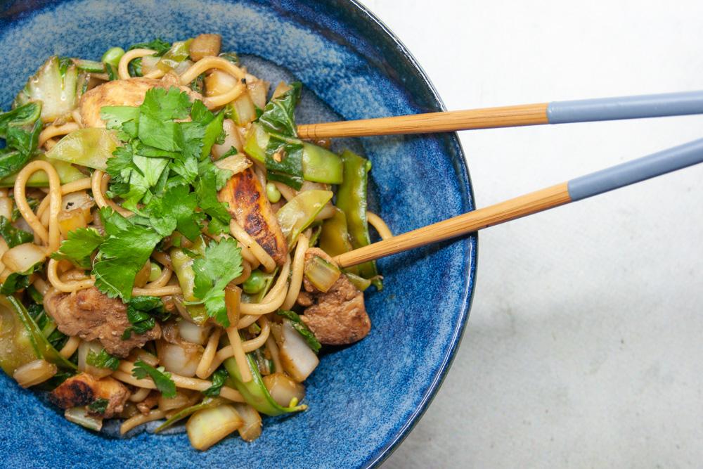 Kip chow mein met paksoi en peultjes