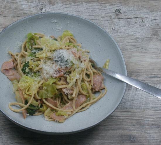 Spaghetti carbonara met savooikool